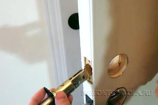 ребенку нарисовать чем замазать в двери дырку Костенко