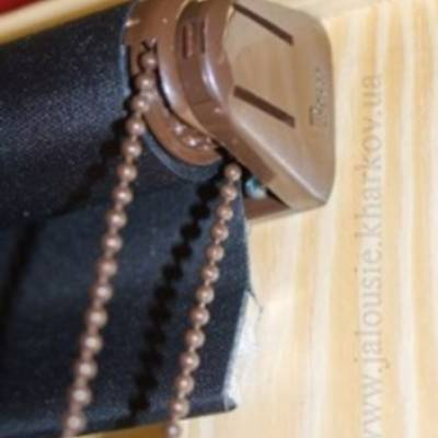 Оформление окон: горизонтальные жалюзи и тканевые ролеты